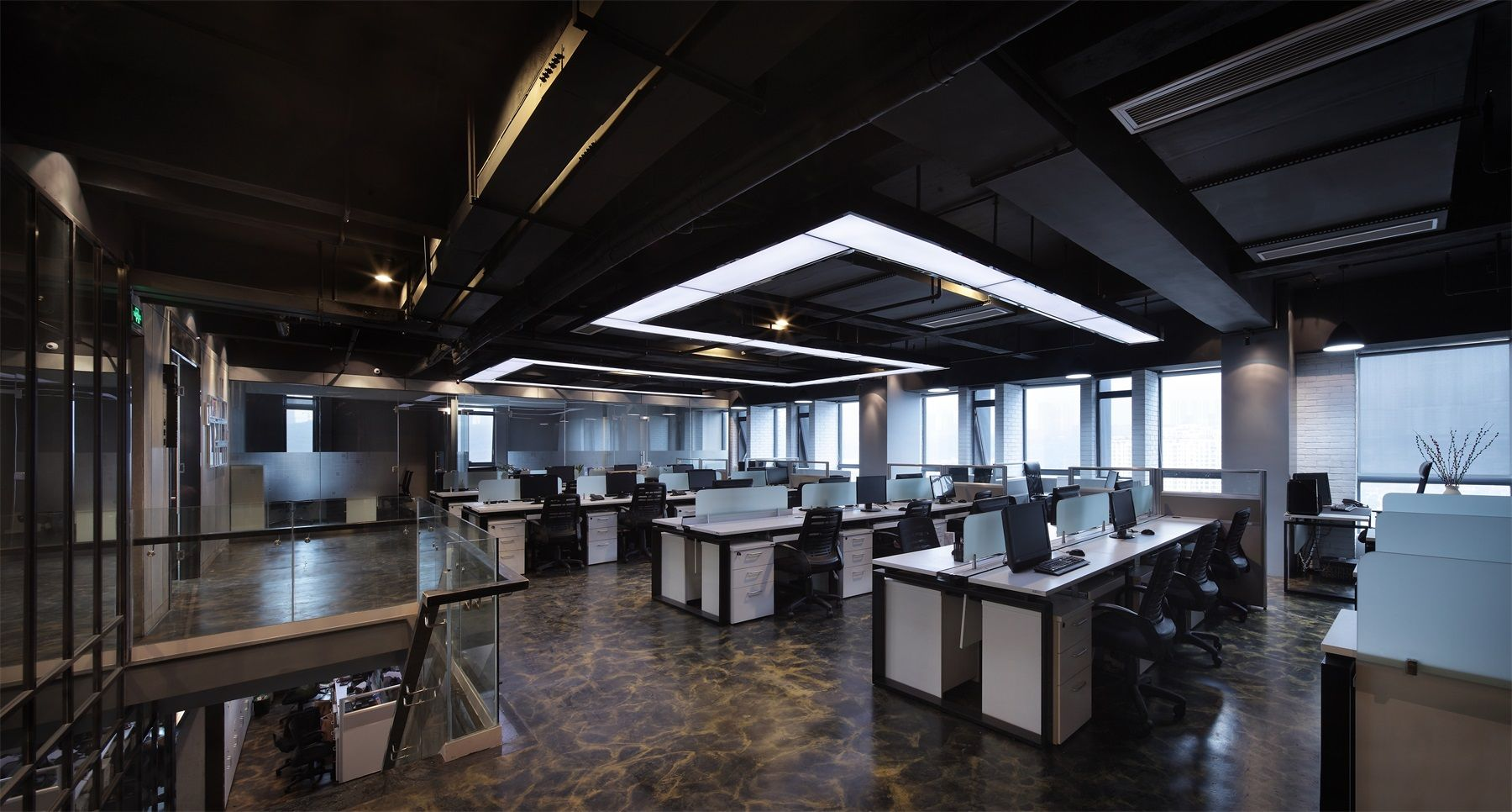 案例说明:本案例是一家工程技术办公室装修效果图。整个设计方案的主体风格是稳重大气,同时对于施工?#20998;?#30340;要求那也是绝对的鲜明。办公室采用大片的棕色、灰色,显示出办公室的高端大气。同时,墙壁上挂着三水画,凸显经理、老总办公室的意境。