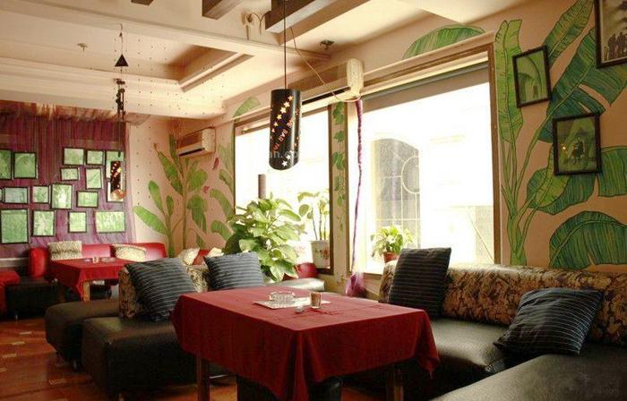 和浅黄色的灯光再搭配上古典的音乐,在这样的咖啡店中,享受的是一种